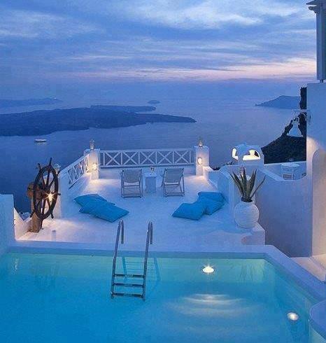 Abendaufnahme von Santorini in Griechenland